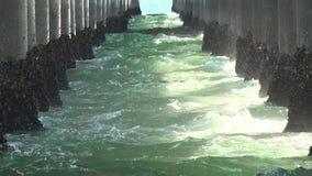 Plan rapproché des vagues battant sous le pilier clips vidéos