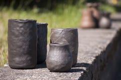 Plan rapproché des vases faits main uniques d'en céramique noir dans différentes formes Images stock