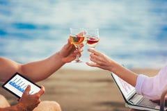 Plan rapproché des verres avec du vin blanc sur la plage photographie stock libre de droits