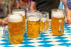 Plan rapproché des verres de bière bavarois bière de 1 litre sur le decoation de table chez l'Octoberfest photos libres de droits