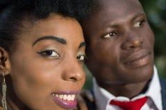 Plan rapproché des visages de jeunes couples de sourire photos stock
