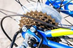 Plan rapproché des vitesses de bicyclette, chaîne et câbles, jaune et bleu au néon photo stock