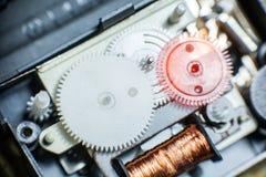 Plan rapproché des vitesses en plastique des travaux d'horloge Photos stock