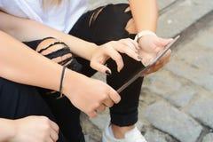 Plan rapproché Deux amis à l'aide du comprimé numérique Images libres de droits