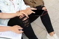 Plan rapproché Deux jeunes beaux amis de femmes à l'aide du comprimé numérique Images libres de droits