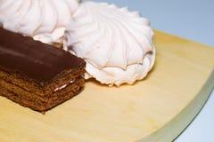 Plan rapproché doux de biscuits sur un conseil en bois image stock