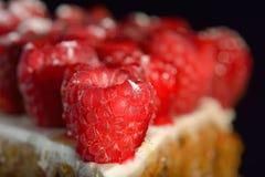 Plan rapproché doux de gâteau de framboise sur le fond noir Photo libre de droits