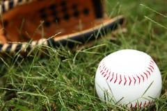 Plan rapproché du base-ball dans l'herbe Photos libres de droits