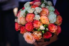 Plan rapproché du bouquet avec du charme de mariage fait de roses roses et blanches Images stock
