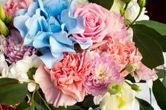 Plan rapproché du bouquet coloré de la jeune mariée image libre de droits