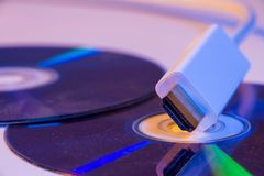 Plan rapproché du câble blanc de HDMI avec lui réflexion du ` s sur le disque vide Images stock