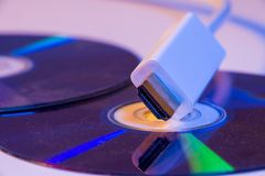 Plan rapproché du câble blanc de HDMI avec lui réflexion du ` s sur le disque vide Photographie stock libre de droits