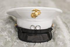 Plan rapproché du chapeau du soldat avec des anneaux de mariage sur la jante Images stock