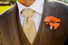 Plan rapproché du costume et du boutonniere d'un marié photographie stock