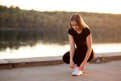 Plan rapproché du coureur femelle de forme physique de sport étant prêt pour pulser dehors photographie stock libre de droits