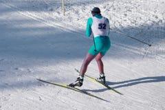 Plan rapproché du coureur supérieur de ski après le premier rond du ski de pays croisé de marathon de ski, photo stock
