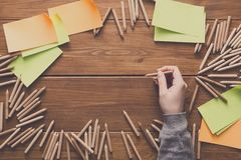 Plan rapproché du dessin de main dans le carnet à dessins vide Photographie stock libre de droits