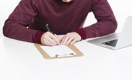 Plan rapproché du document de signature de l'homme Photo stock