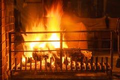 Plan rapproché du feu brûlant en cheminée photos stock
