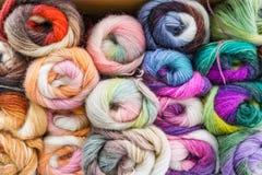 Plan rapproché du fil coloré de mélange de mohair pour tricoter, écheveaux dans W Image libre de droits