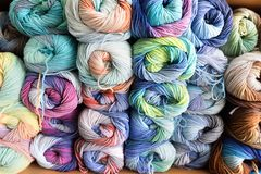 Plan rapproché du fil coloré pour tricoter, écheveaux dans pourpre, rose, bl Photographie stock libre de droits