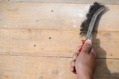 Plan rapproché du frottement et du nettoyage avec la brosse en métal photo libre de droits