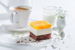 Plan rapproché du gâteau délicieux avec la gelée et servi avec du café photos stock