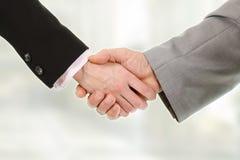 Plan rapproché du gens d'affaires se serrant la main Photos libres de droits