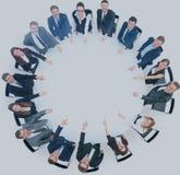 Plan rapproché du groupe d'affaires de seize personnes s'asseyant à un grand rou Images libres de droits