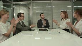 Plan rapproché du groupe de gens d'affaires applaudissant lors d'une réunion photographie stock libre de droits