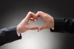 Plan rapproché du heartshape de fabrication de la main d'homosexuels Photo stock