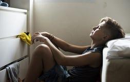 Plan rapproché du jeune homme caucasien s'asseyant avec le visage exprès du depr Images libres de droits
