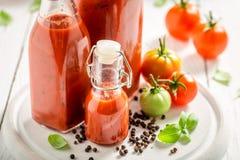 Plan rapproché du ketchup fait maison et savoureux préparé à partir des tomates images libres de droits