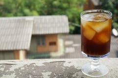 Plan rapproché du kola, café noir, sur le verre de champagne Photo libre de droits