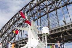 Plan rapproché du mât de bateau de croisière environ à passer sous Sydney Harbour Bridge Image libre de droits