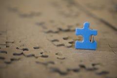Plan rapproché du morceau bleu de puzzle Photo stock