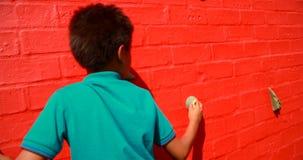 Plan rapproché du mur s'élevant 4k d'écolier clips vidéos