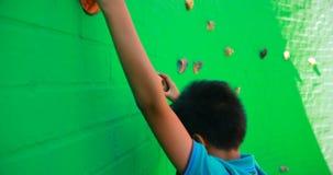 Plan rapproché du mur s'élevant 4k d'écolier banque de vidéos