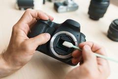 Plan rapproché du nettoyage de matrice d'appareil-photo, technicien POV Photographie stock