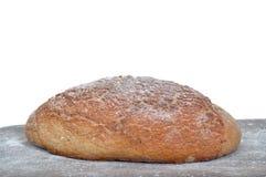 Plan rapproché du pain fait maison traditionnel d'isolement Images stock