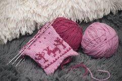 Plan rapproché du processus de la mitaine de laine tricotant sur cinq aiguilles en cercle Photo stock
