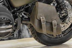 Plan rapproché du sac à simple face en cuir de swingarm de la moto Photo stock