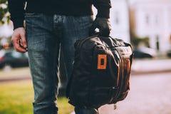 Plan rapproché du sac tenu par la main enfilée de gants du voleur Photos stock