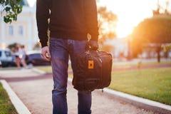 Plan rapproché du sac tenu par la main enfilée de gants du voleur Photo stock