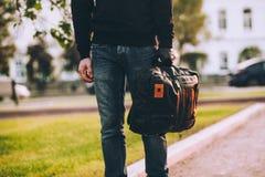 Plan rapproché du sac tenu par la main enfilée de gants du voleur Image stock