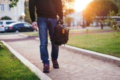 Plan rapproché du sac tenu par la main enfilée de gants du voleur Image libre de droits
