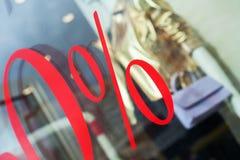 Plan rapproché du signe des pour cent sur le devanture de magasin Photos stock