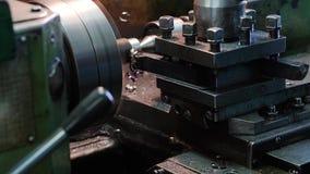 Plan rapproché du tour Le coupeur coupe le métal Copeaux en métal clips vidéos