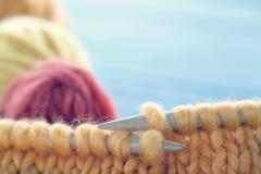 Plan rapproché du tricotage Images libres de droits