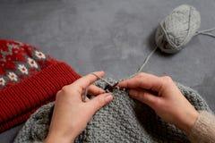 Plan rapproché du tricotage de mains Photos libres de droits